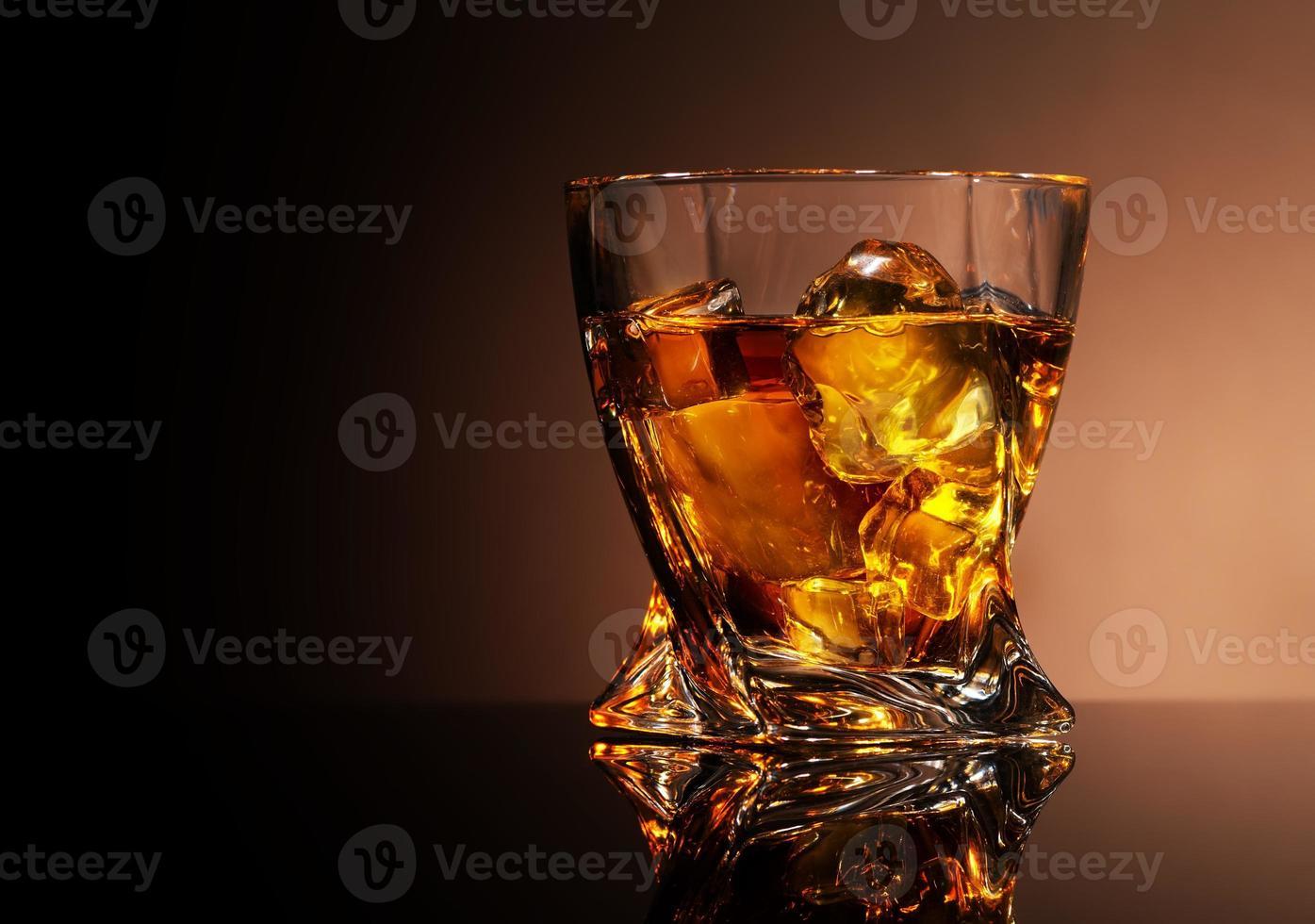 bicchiere di brandy dorato foto