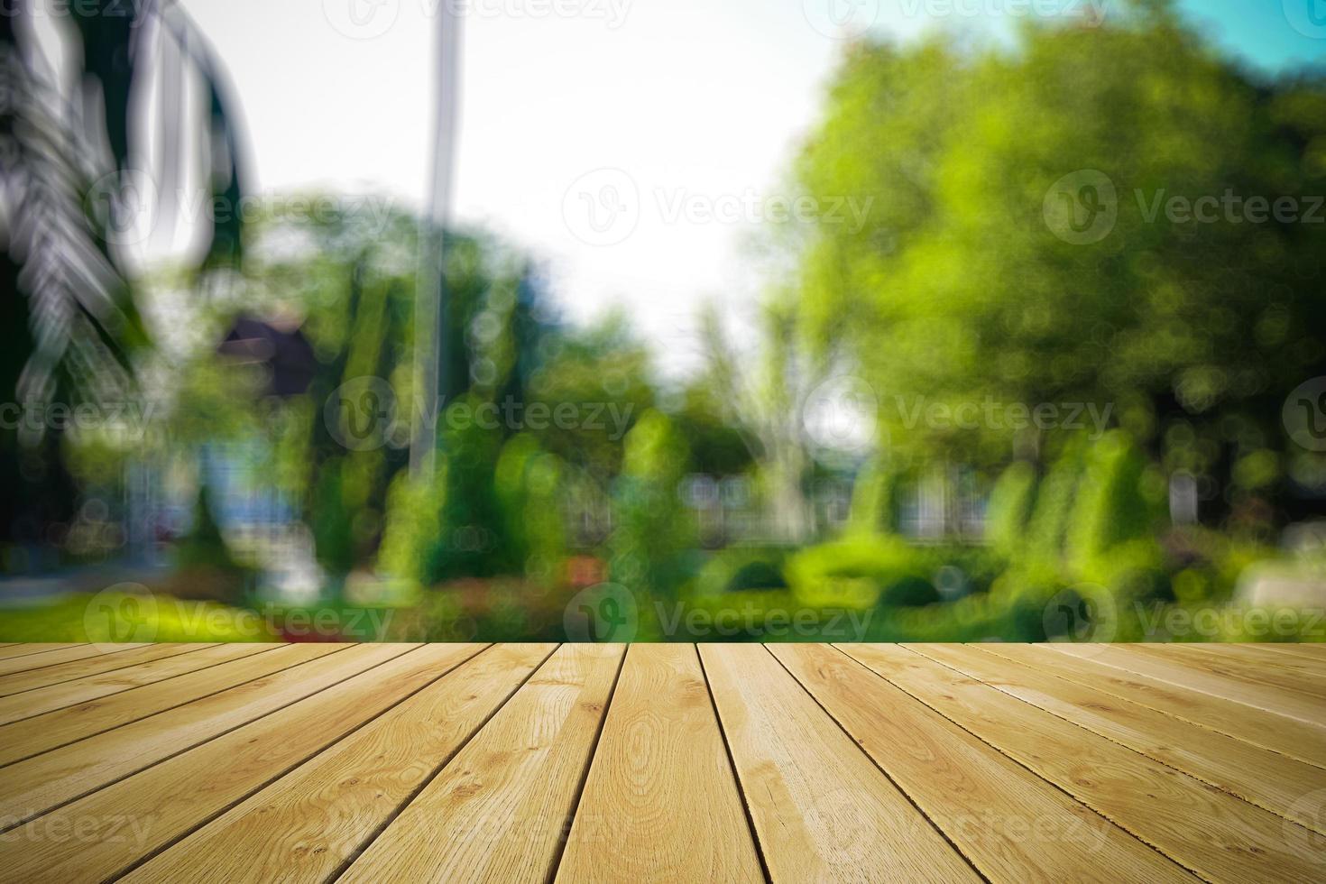 prospettiva legno e bokeh sfondo chiaro foto
