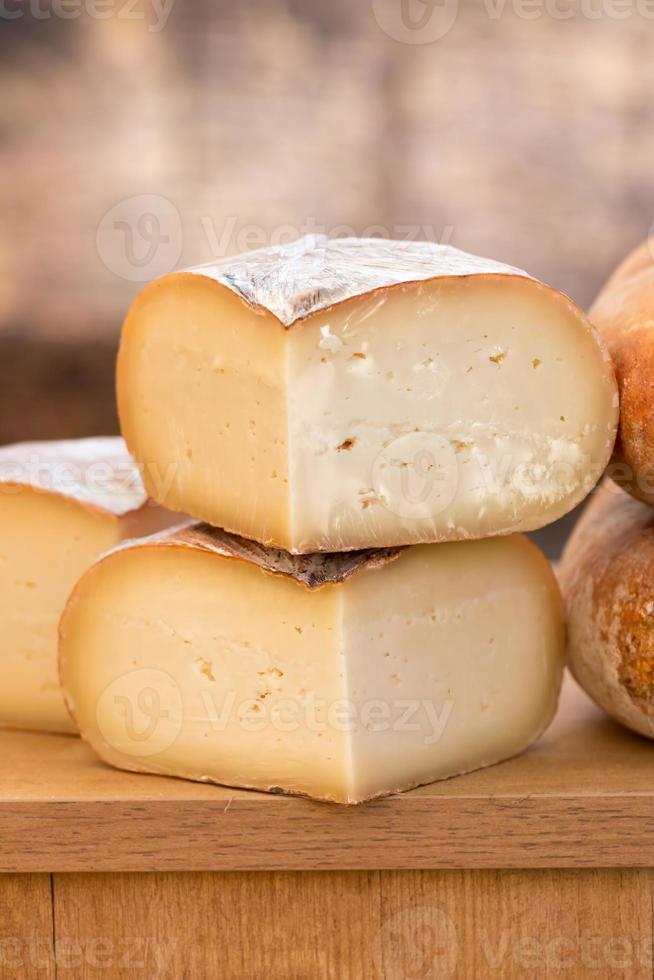 stretta di formaggio giallo foto