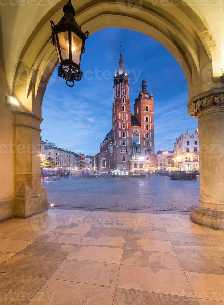 cracovia, polonia, chiesa di santa maria vista da sukiennice foto
