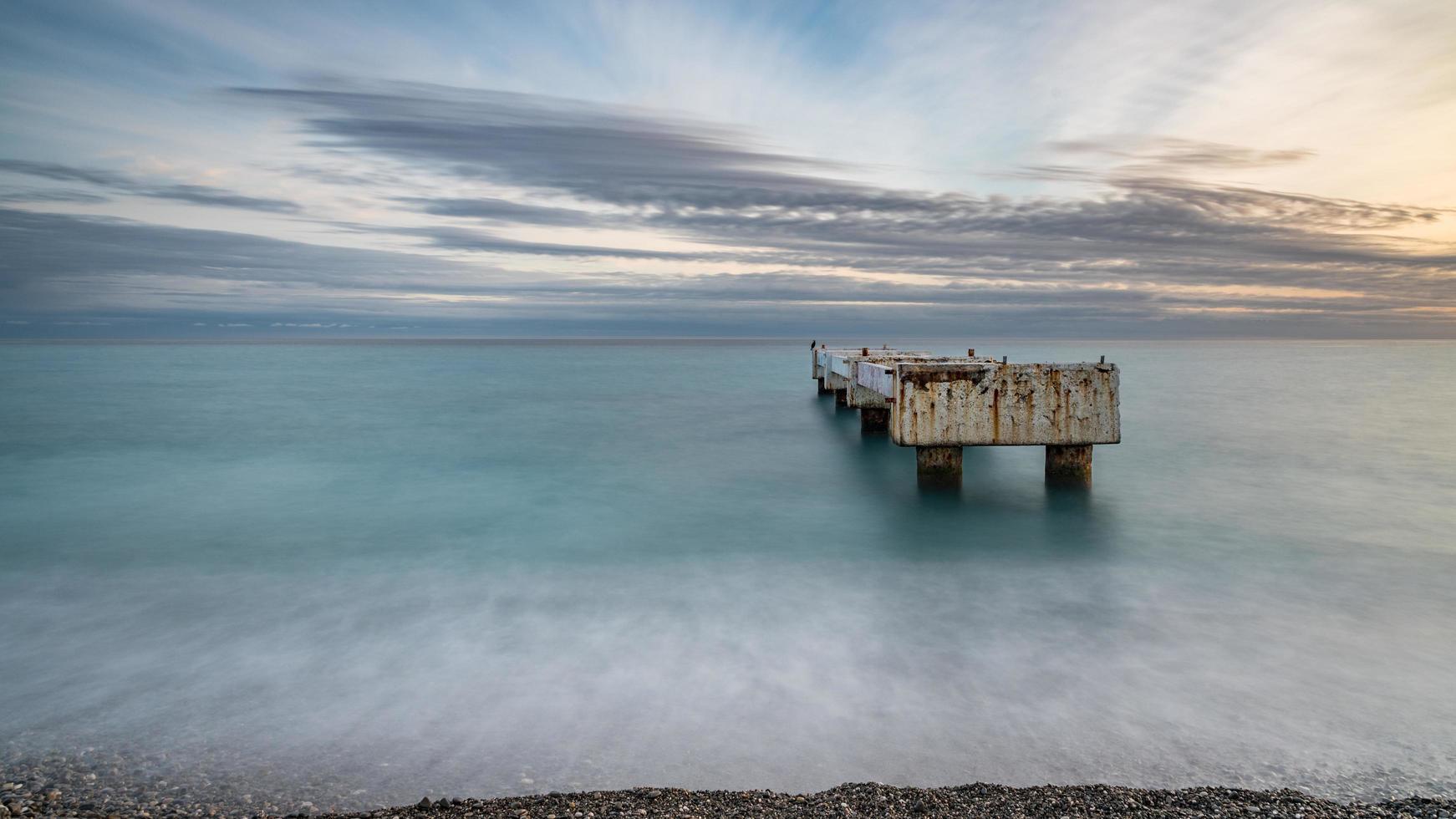 vista a lunga esposizione della costa della baia degli angeli in Francia foto