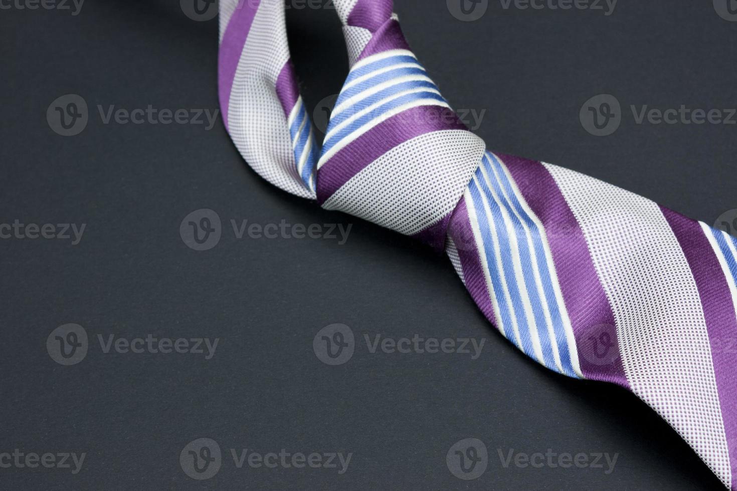 cravatta da uomo su uno sfondo nero foto