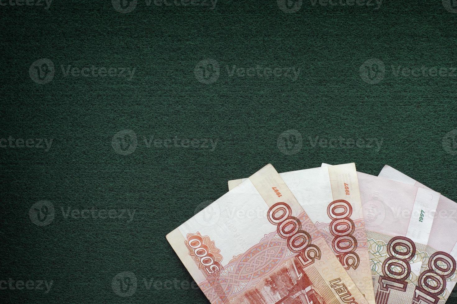 Mucchio di banconote rubli russi su uno sfondo verde foto