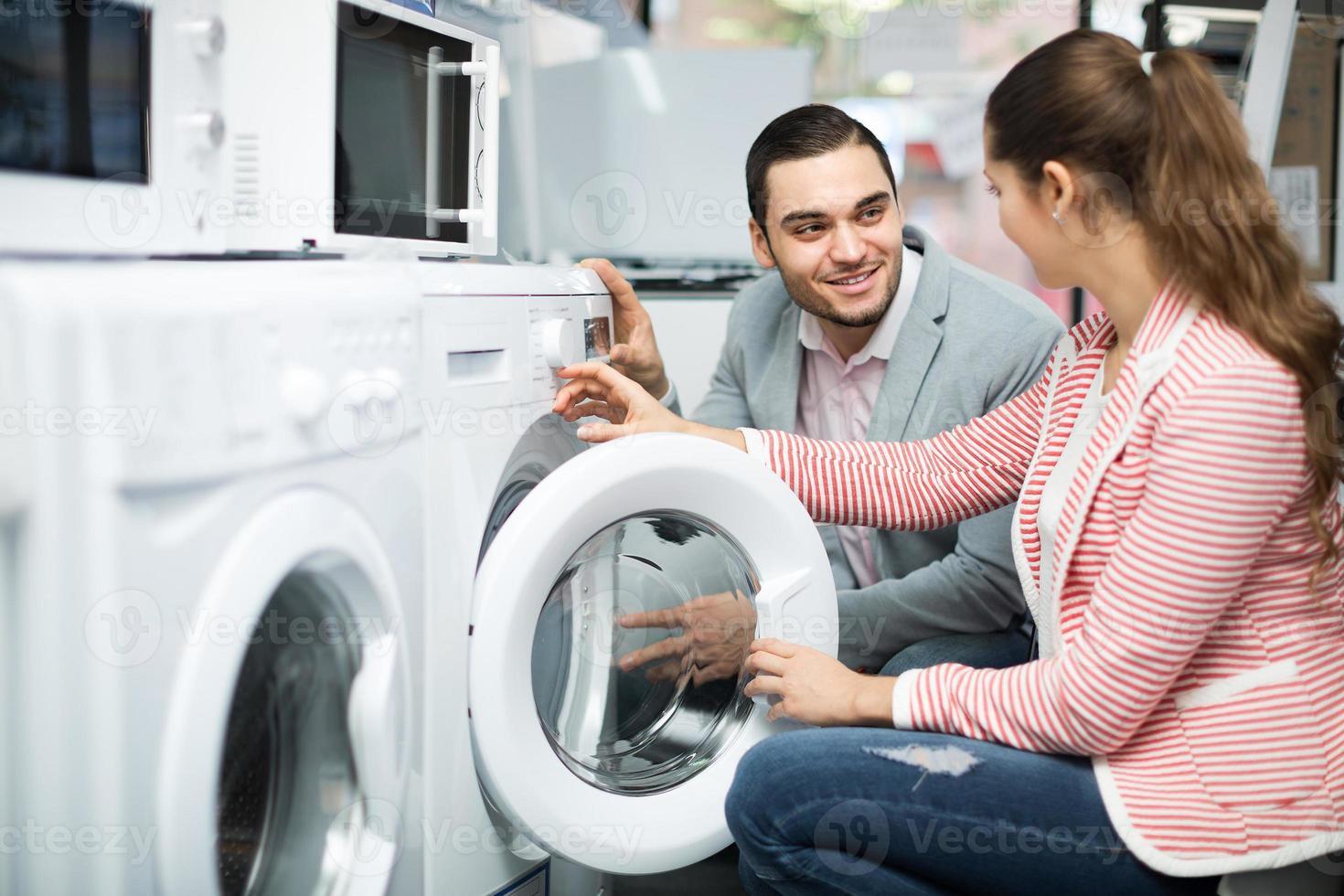 coppia scegliendo lavatrice foto