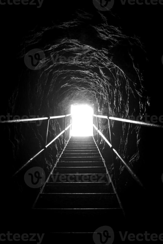 scale di metallo che salgono verso l'uscita illuminata foto