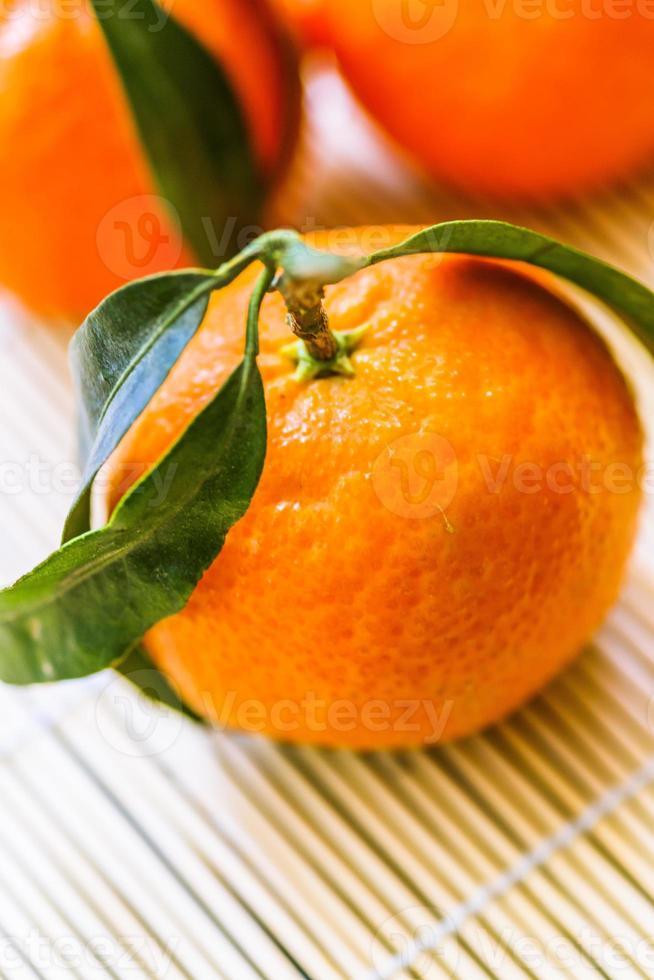 macro di mandarini con foglie foto
