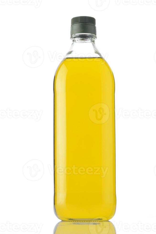 bottiglia di olio d'oliva su sfondo bianco girato in studio. foto