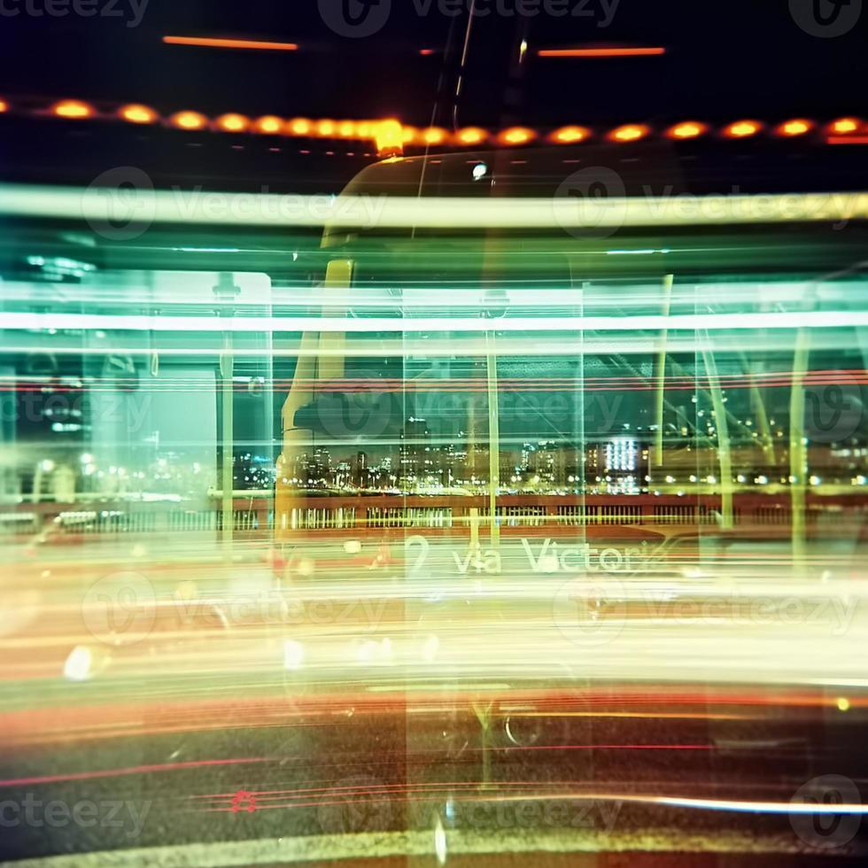 semaforo si snoda sul ponte Vauxhall di notte foto