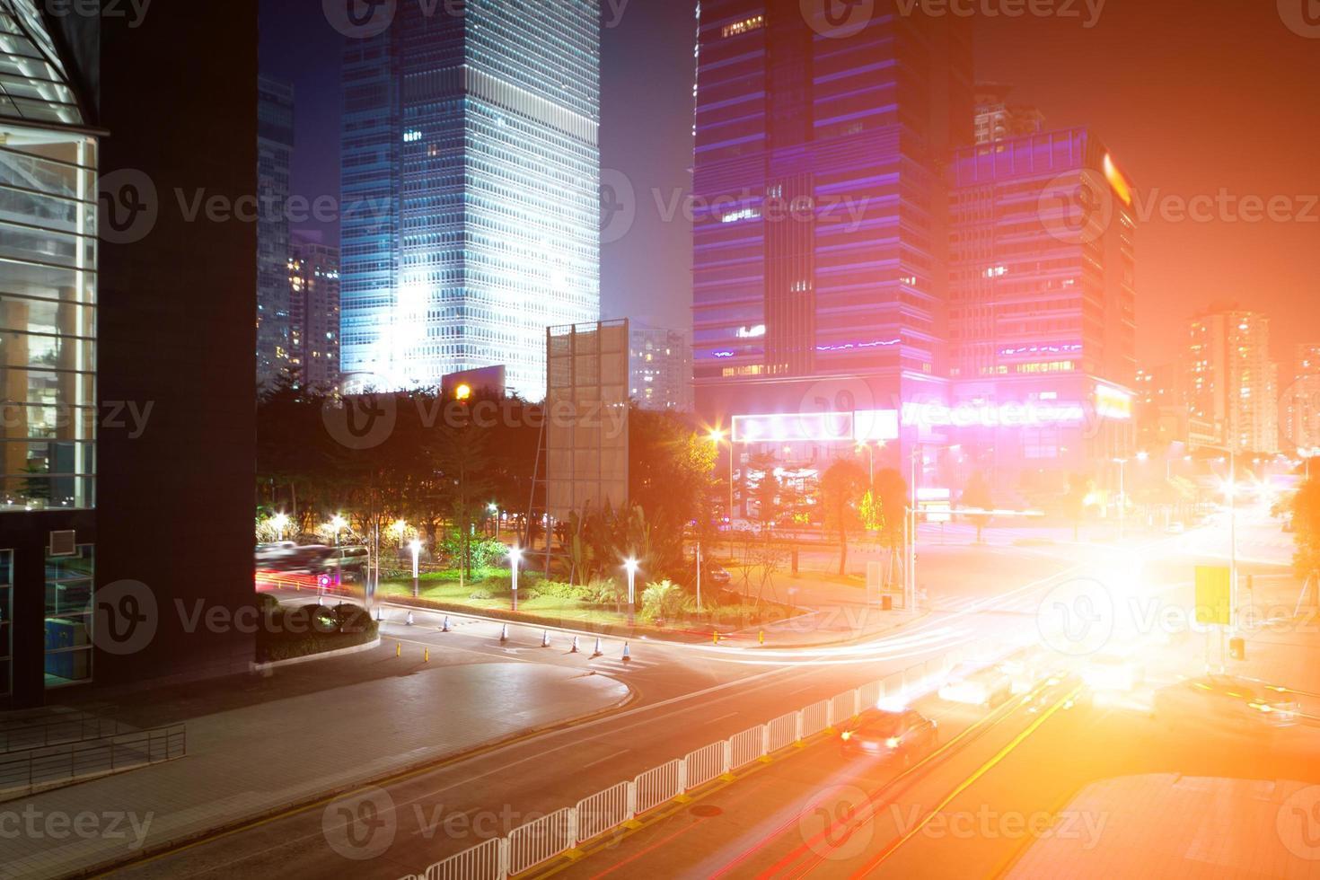 priorità bassa di notte della città moderna foto