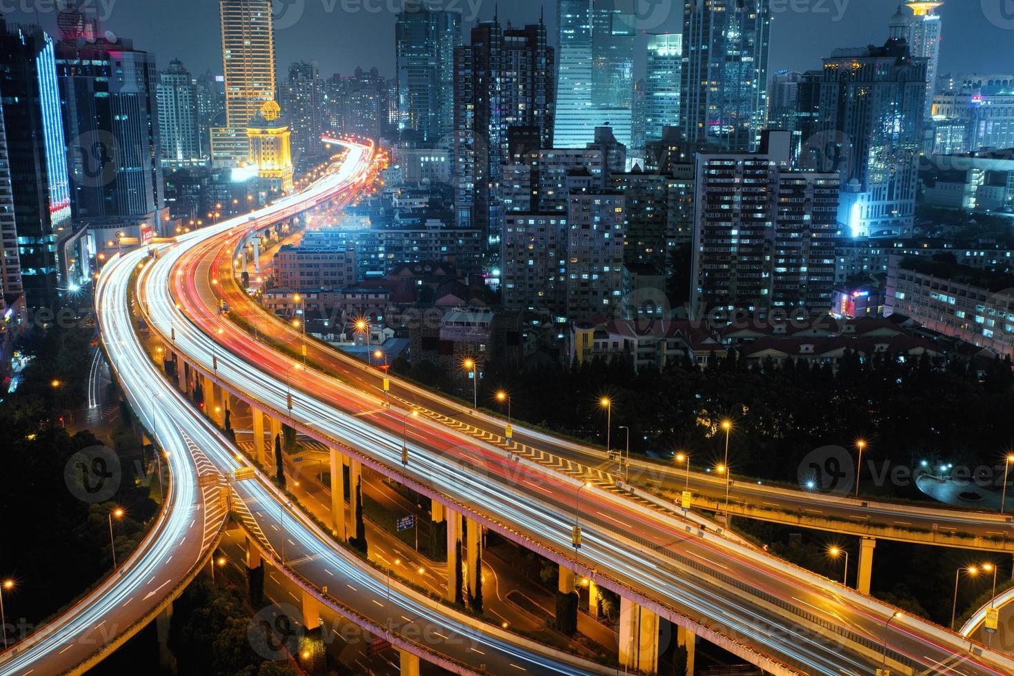 strada moderna del traffico cittadino di notte. nodo di trasporto. foto