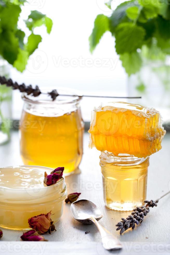 varietà di miele, nido d'ape in barattoli di vetro. foto
