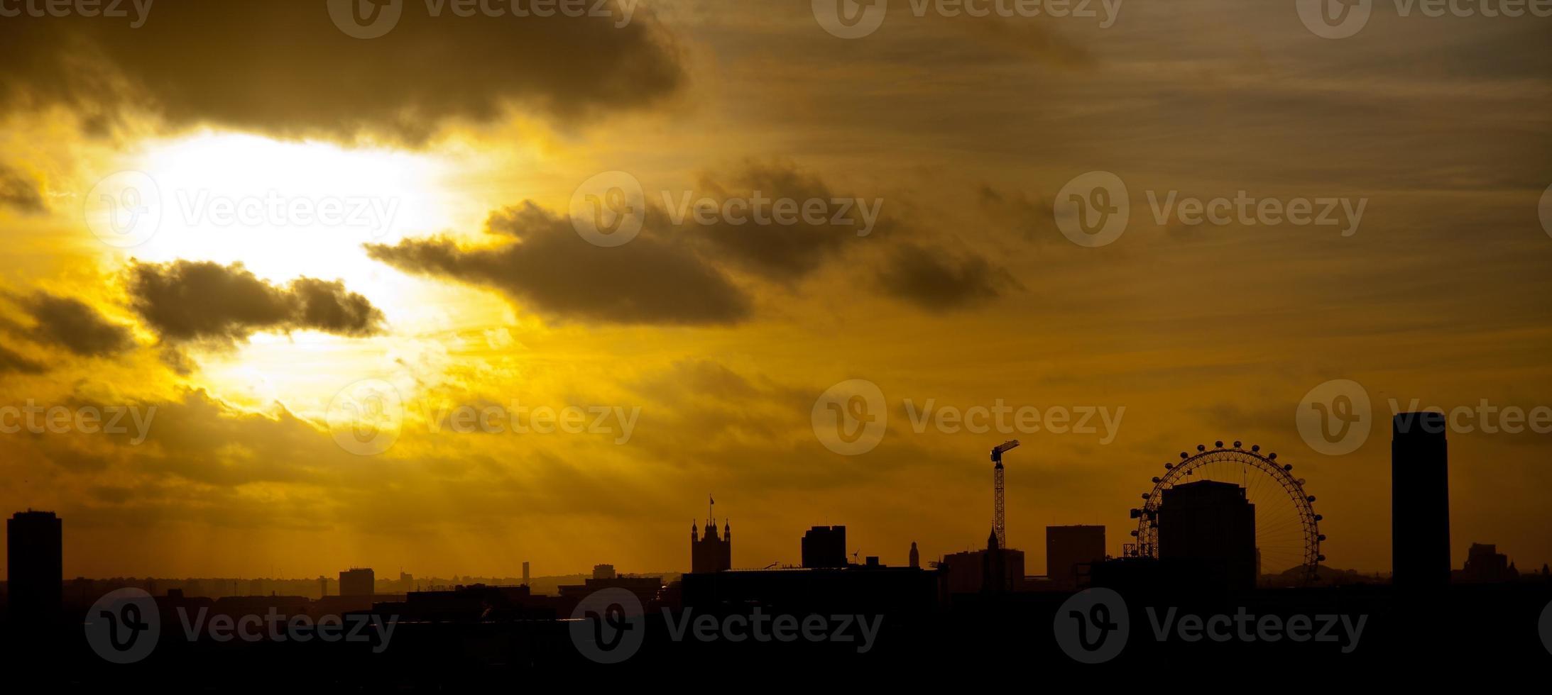 skyline di londra (regno unito) al tramonto dorato foto