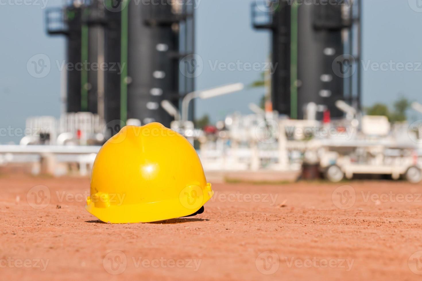 elmetto che è attrezzatura di sicurezza nel giacimento di petrolio foto