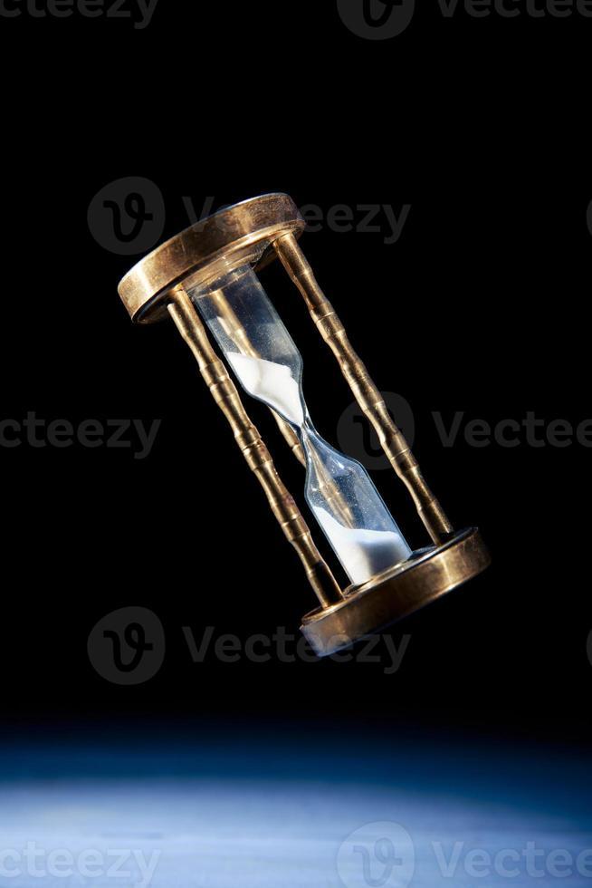 clessidra, concetto di tempo con un'immagine ad alto contrasto foto