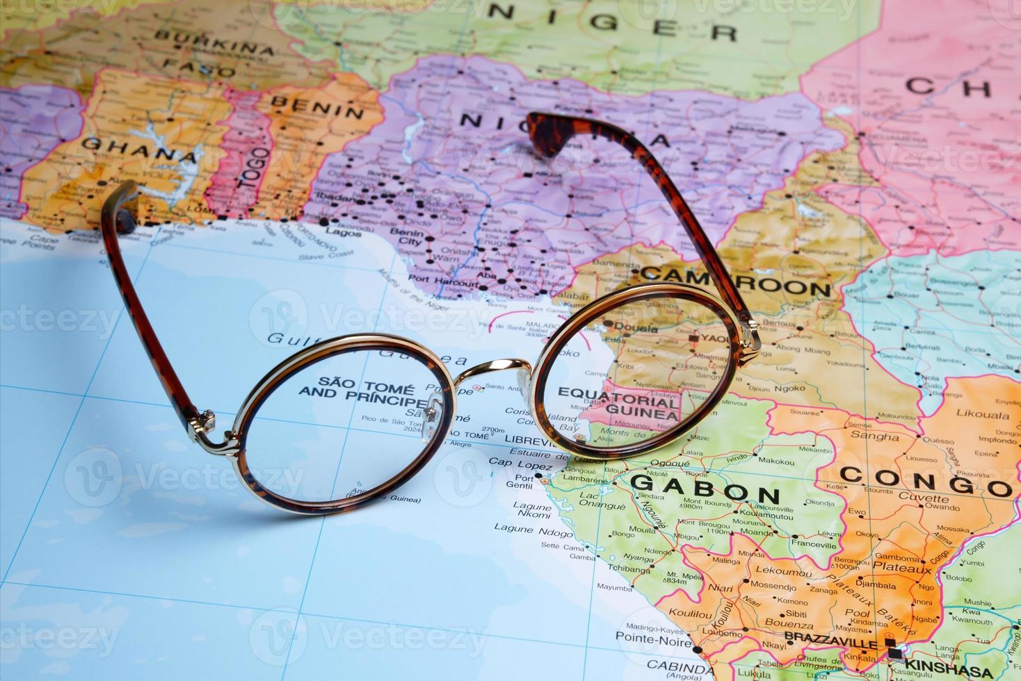 occhiali su una mappa - Guinea equatoriale foto