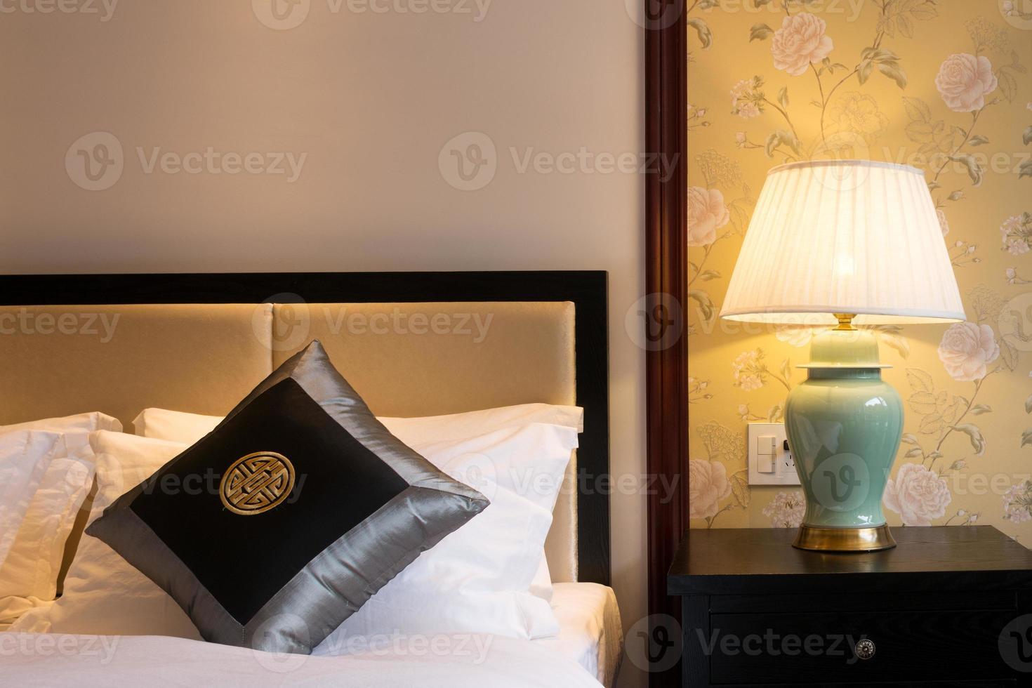 scena notturna nella camera d'albergo: letto preparato fresco foto