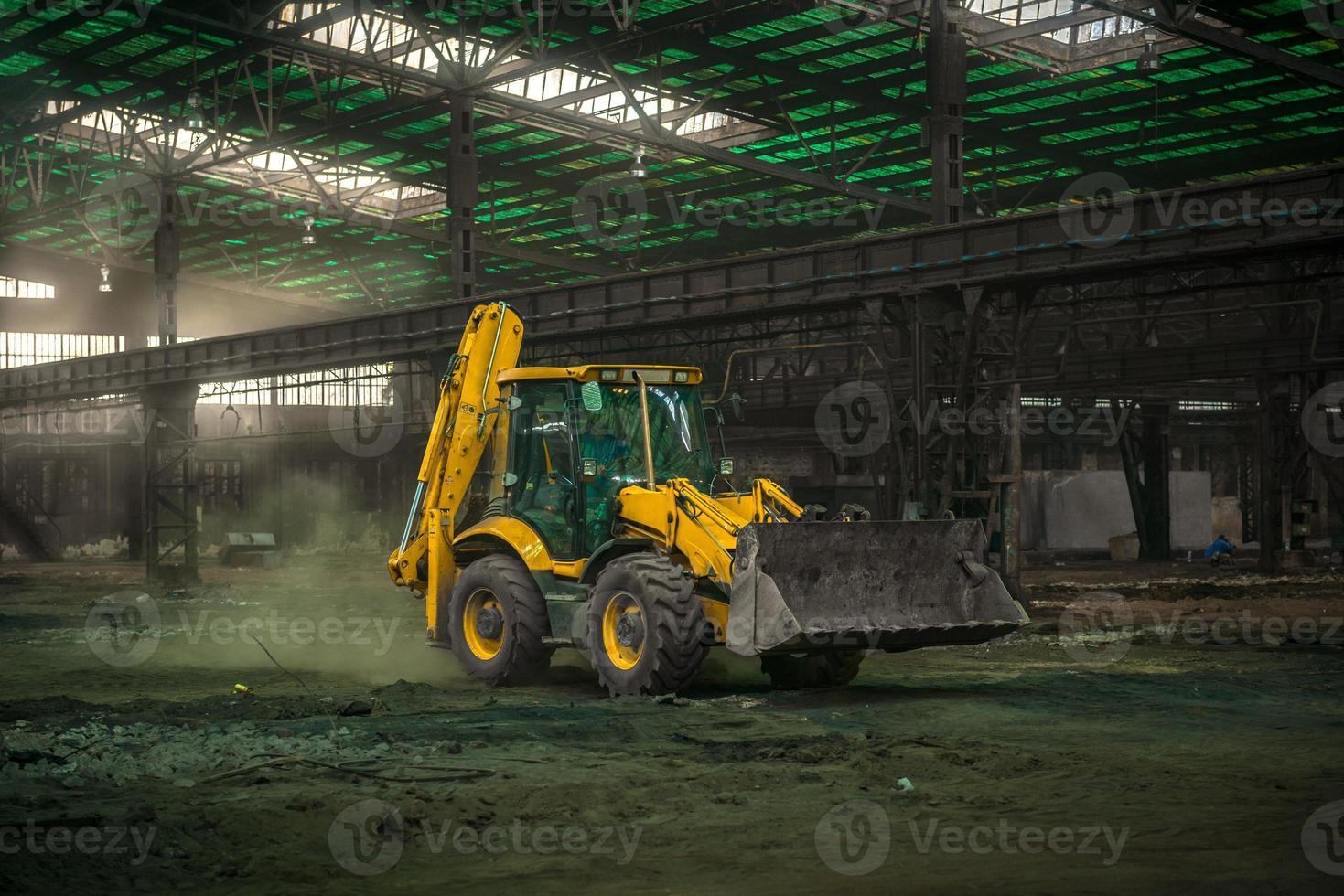 interni industriali con bulldozer all'interno foto