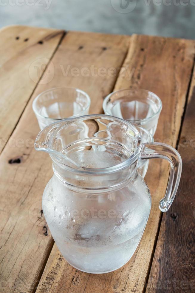 brocca di vetro di acqua e vetro. foto