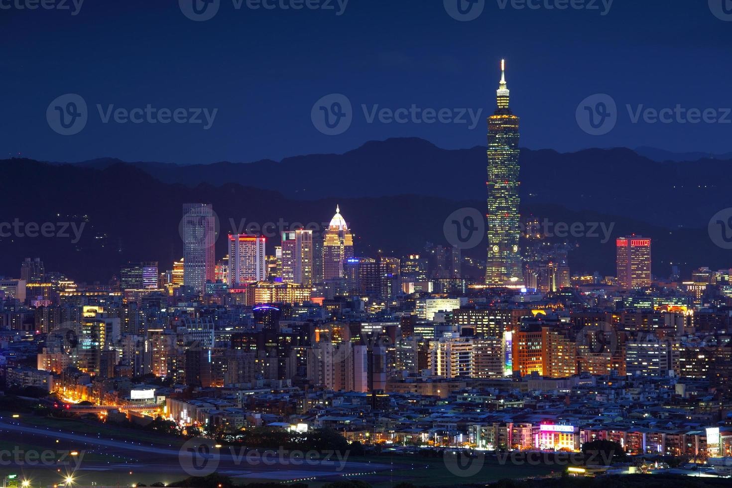vista notturna di Taipei foto