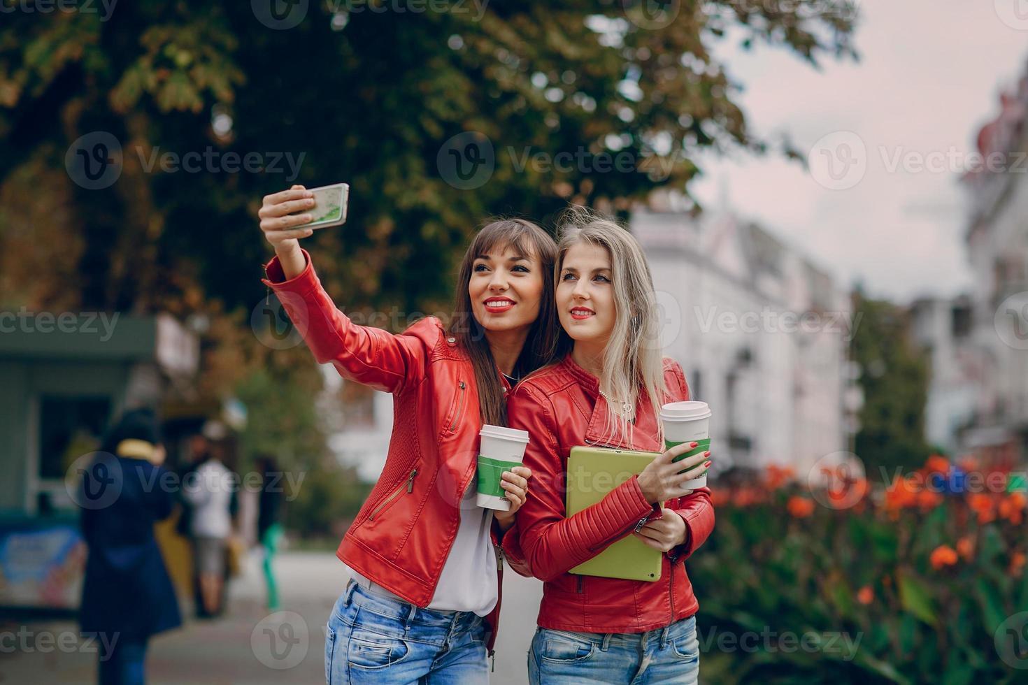 ragazze con telefono foto