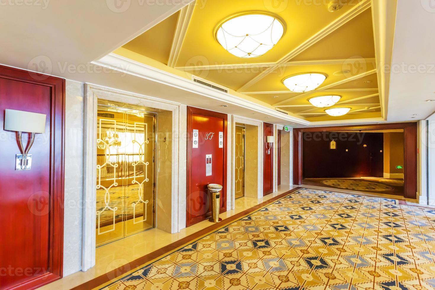 interni e corridoio moderni dell'hotel foto