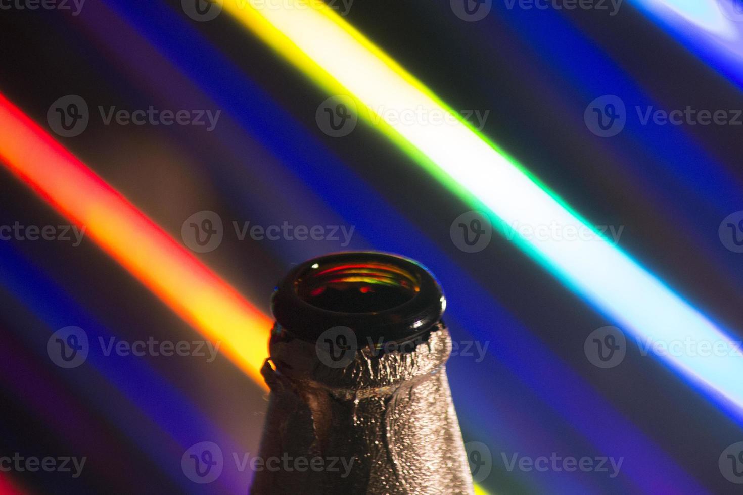 silhouette bottiglia di birra sui colori foto