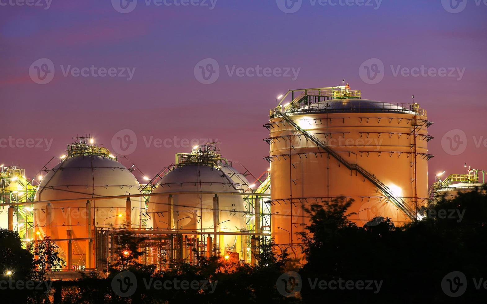 carri armati chimici industriali della sfera di stoccaggio al tempo crepuscolare foto