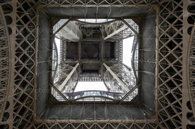 vista dal basso della torre eiffel foto