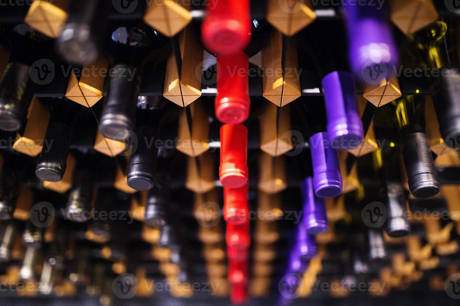 bottiglie di vino su uno scaffale foto