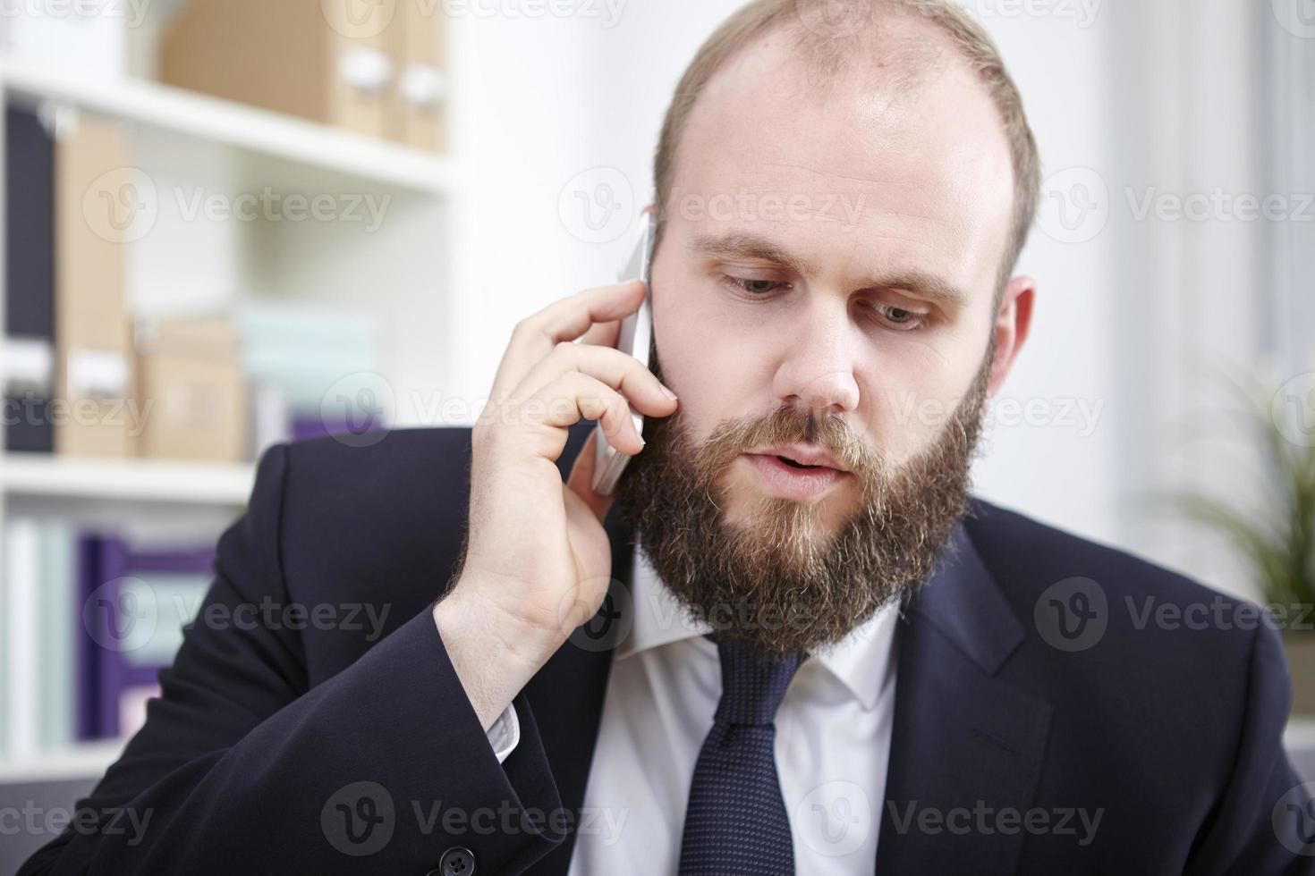 geschäftsmann telefoniert mit seinem smartphone foto