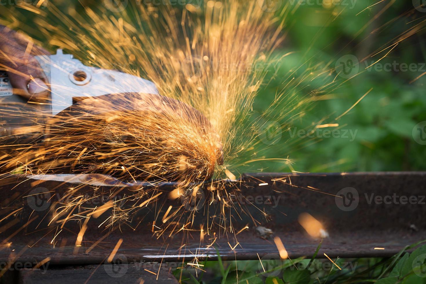 affilatura e taglio del ferro mediante macchina a disco abrasivo foto