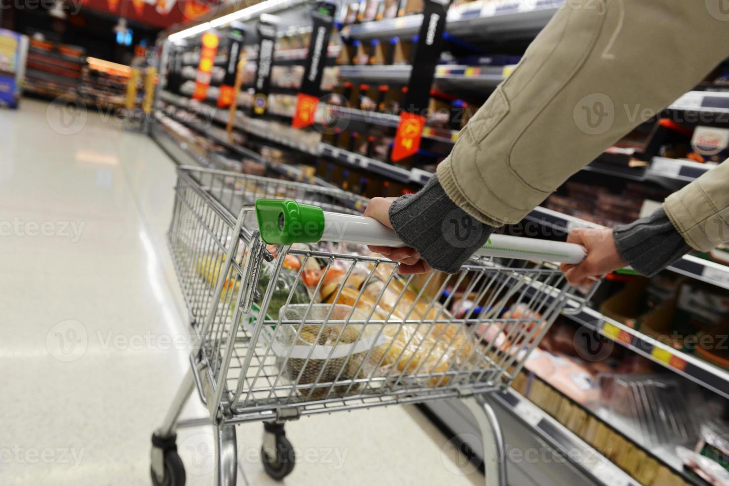 vista della navata laterale del supermercato foto
