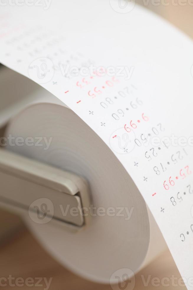 calcolatrice che stampa i dati finanziari foto