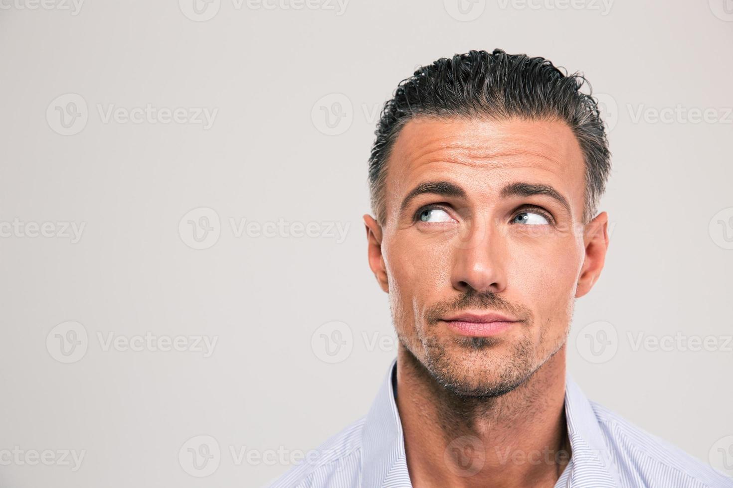 uomo bello che osserva via copyspace foto