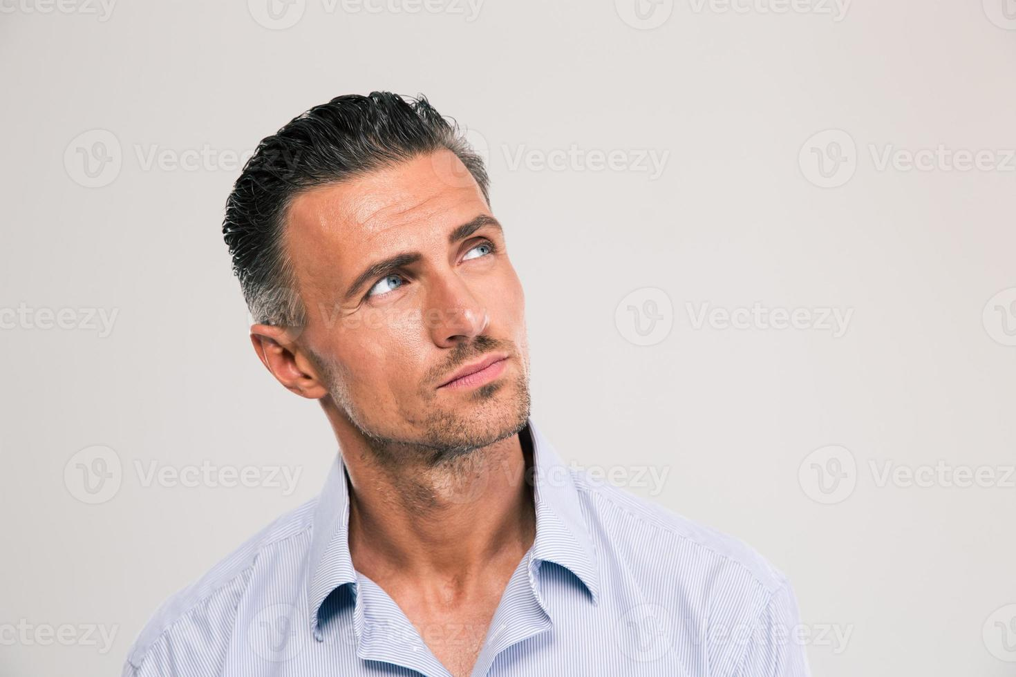 uomo sicuro guardando lontano copyspace foto