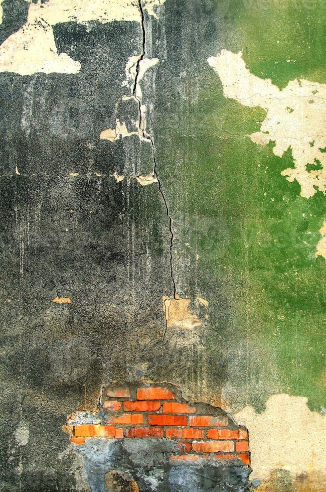 vecchio muro esterno di una fabbrica abbandonata foto