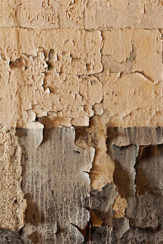 vecchio muro incrinato e fatiscente foto