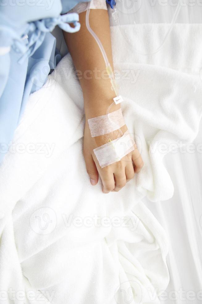 vicino gocciolamento salino iv per paziente foto
