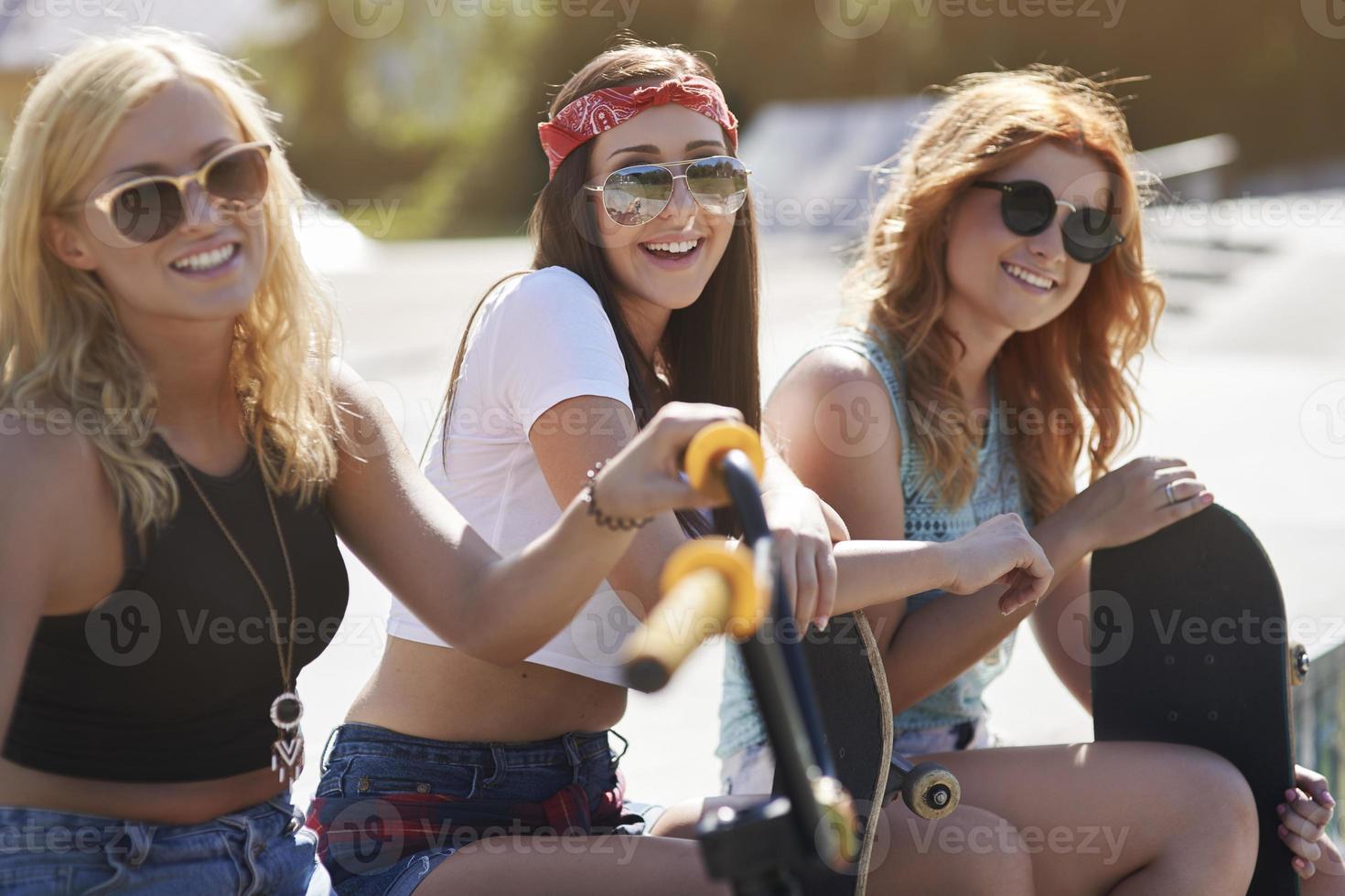 tre ragazze che riposano nello skatepark foto