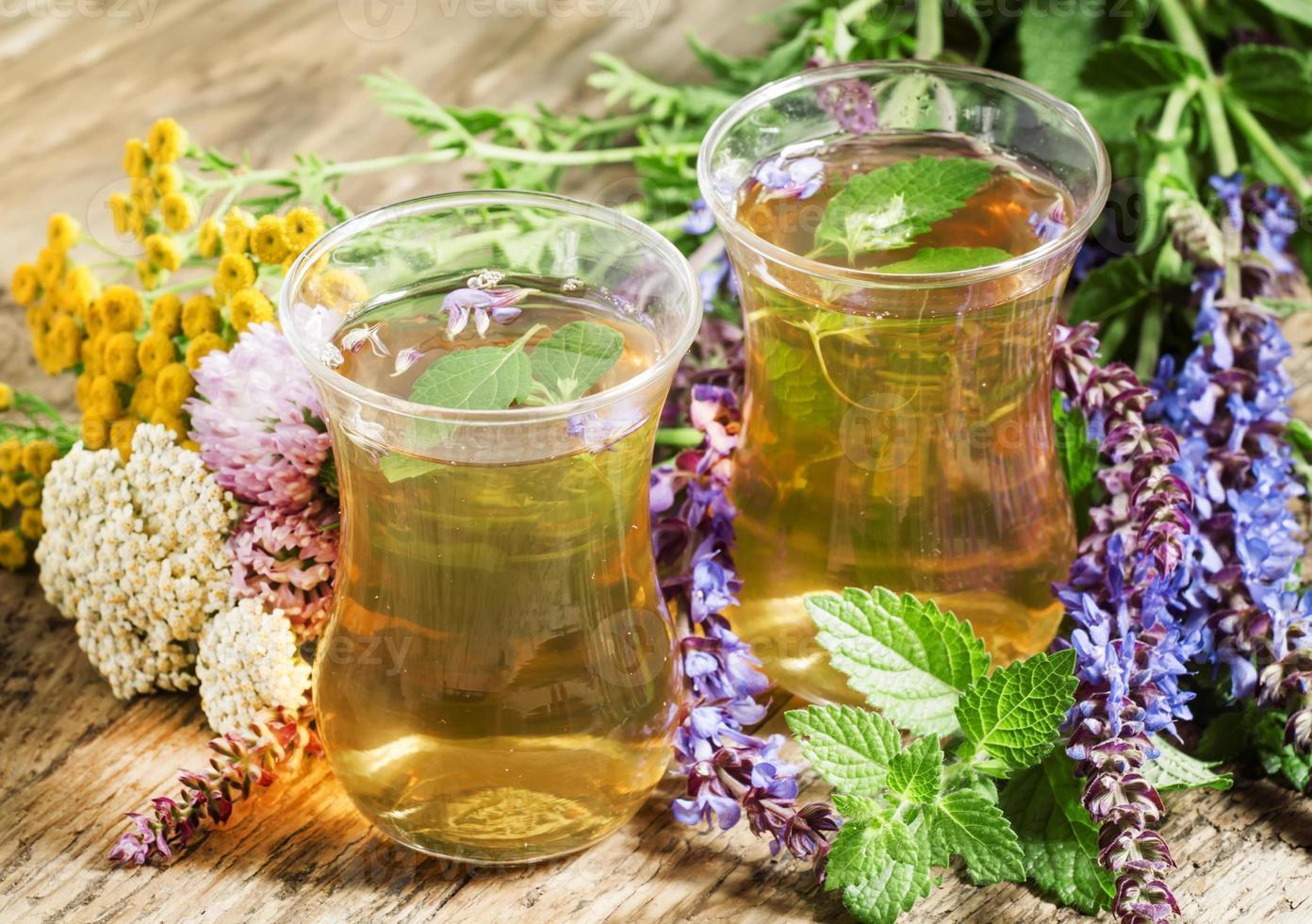 tè verde caldo alle erbe in bicchieri islamici foto