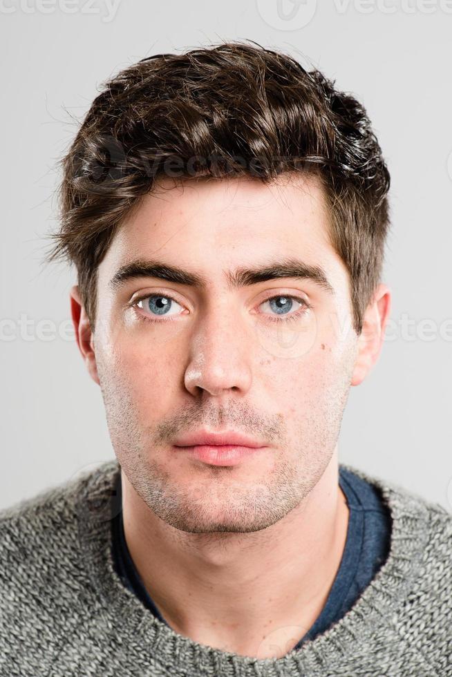 ritratto di uomo serio persone reali ad alta definizione sfondo grigio foto