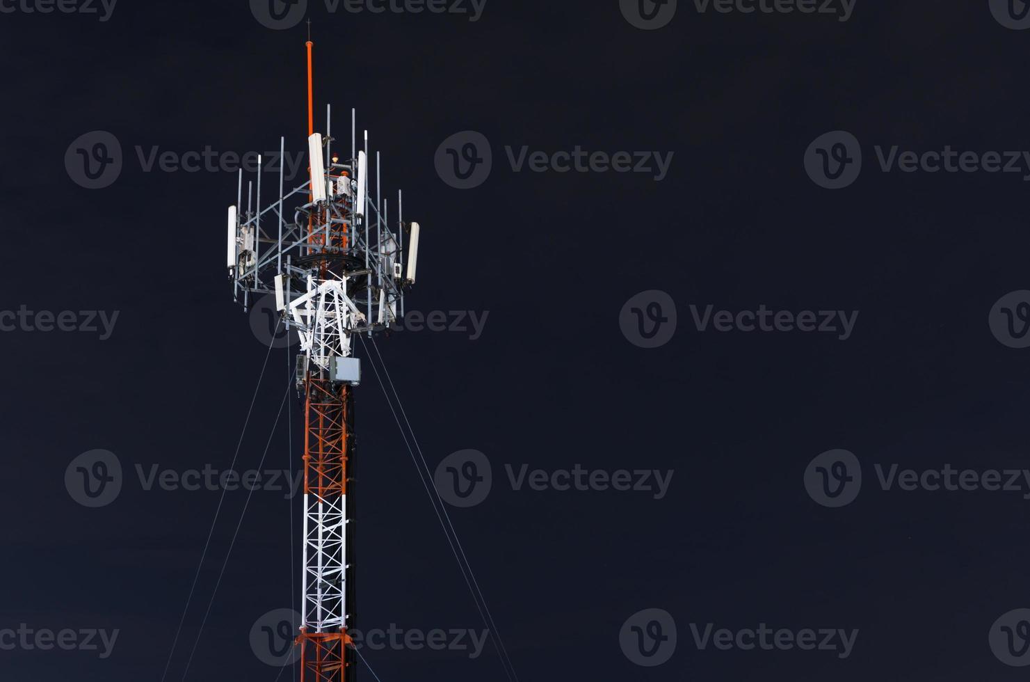 torre del telefono cellulare di notte foto