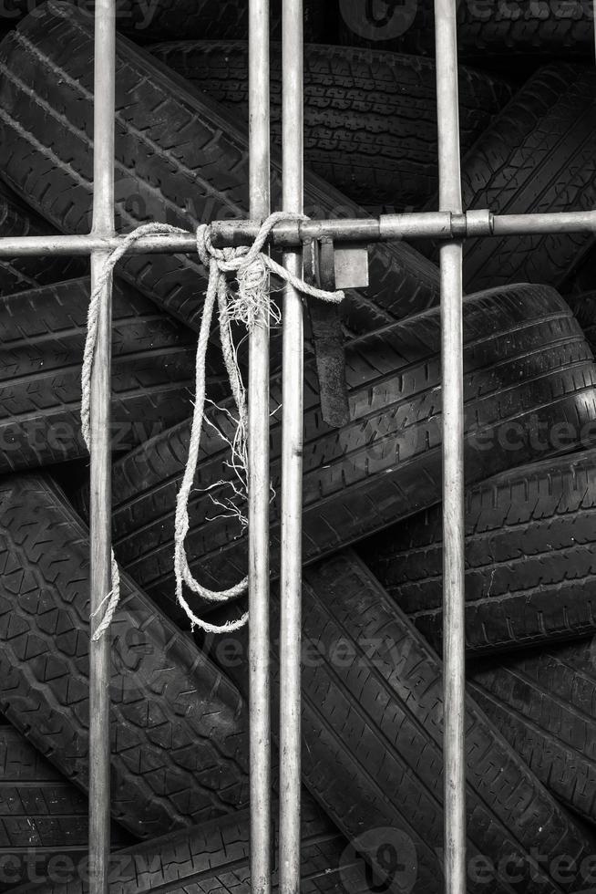 pneumatici per auto nel deposito di pneumatici per scaffali. foto