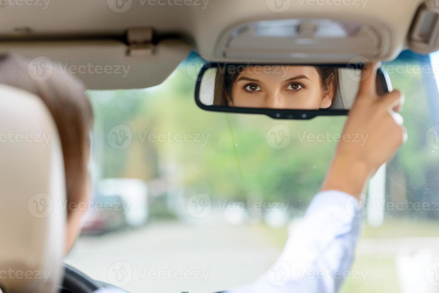 piacevole ragazza alla guida di un'auto foto