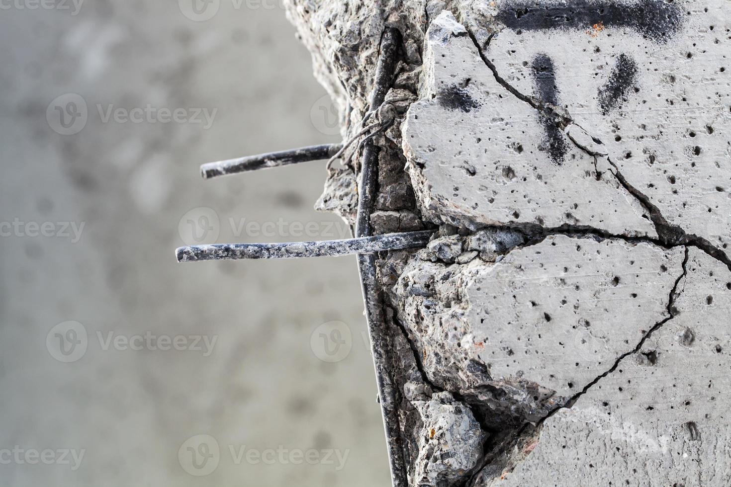 barre di acciaio che sporgono dal calcestruzzo incrinato foto