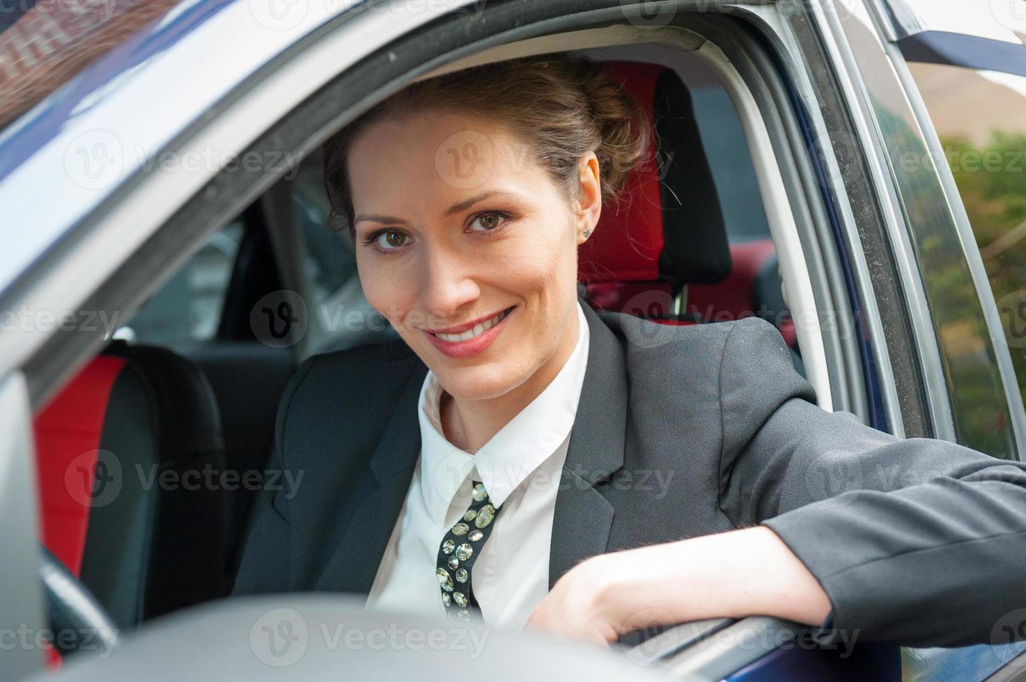 donna d'affari in una macchina foto