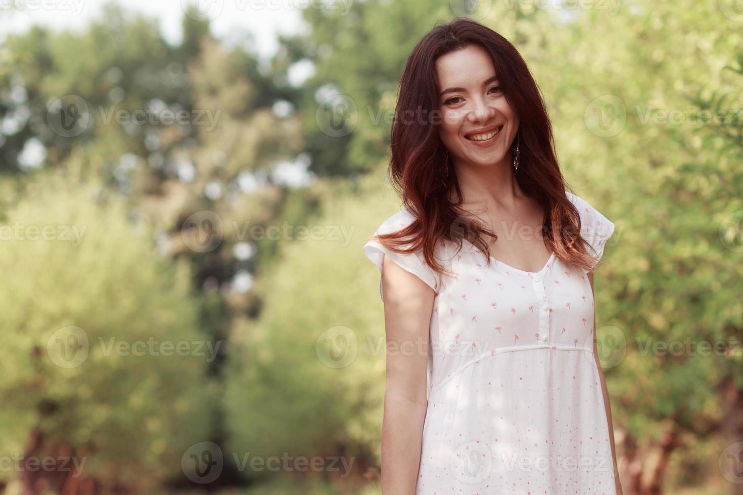 bella ragazza in giardino foto