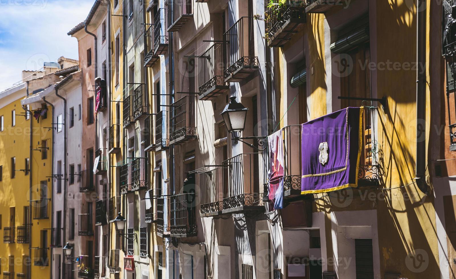 splendida vista di case colorate a cuenca, in spagna foto