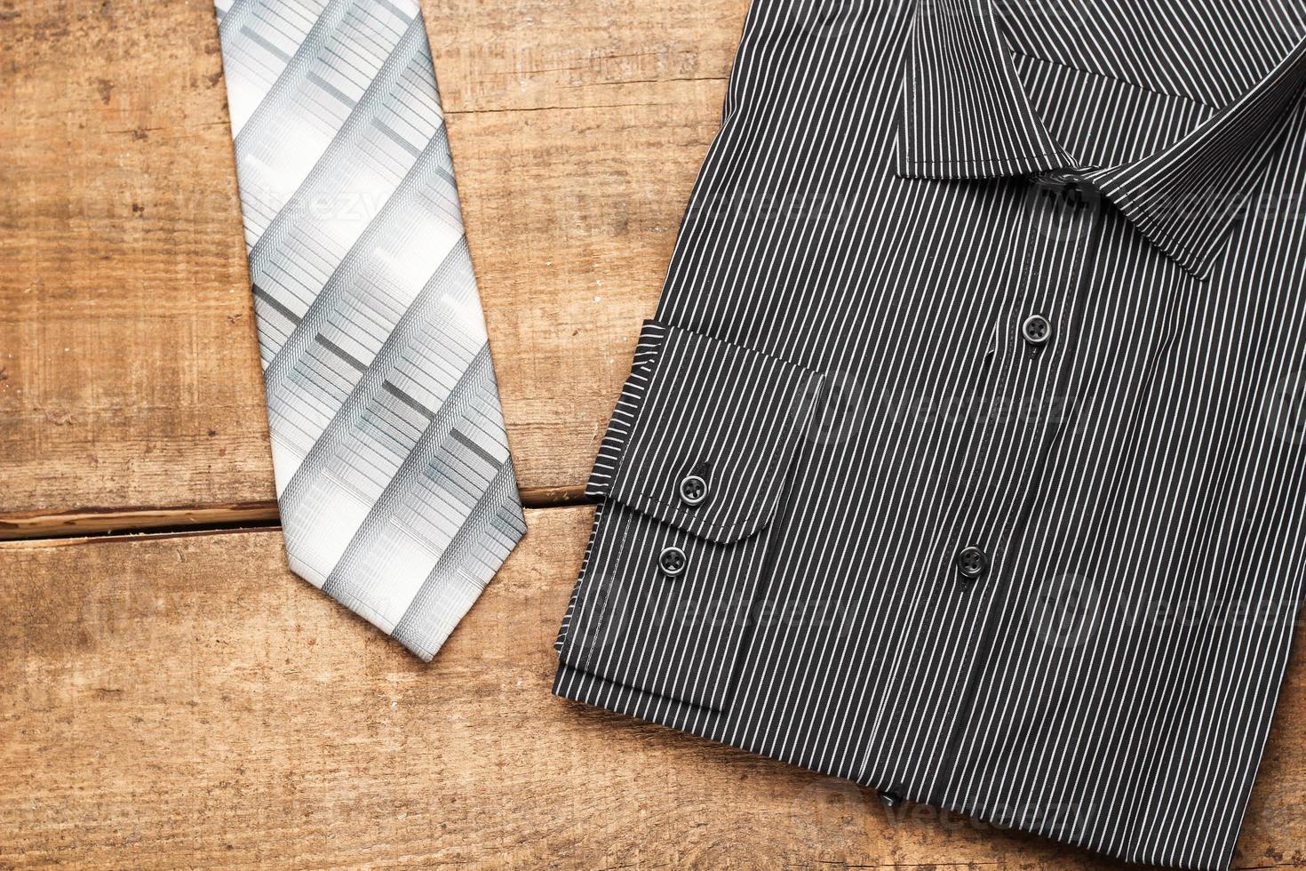 camicia e cravatta su un tavolo di legno foto