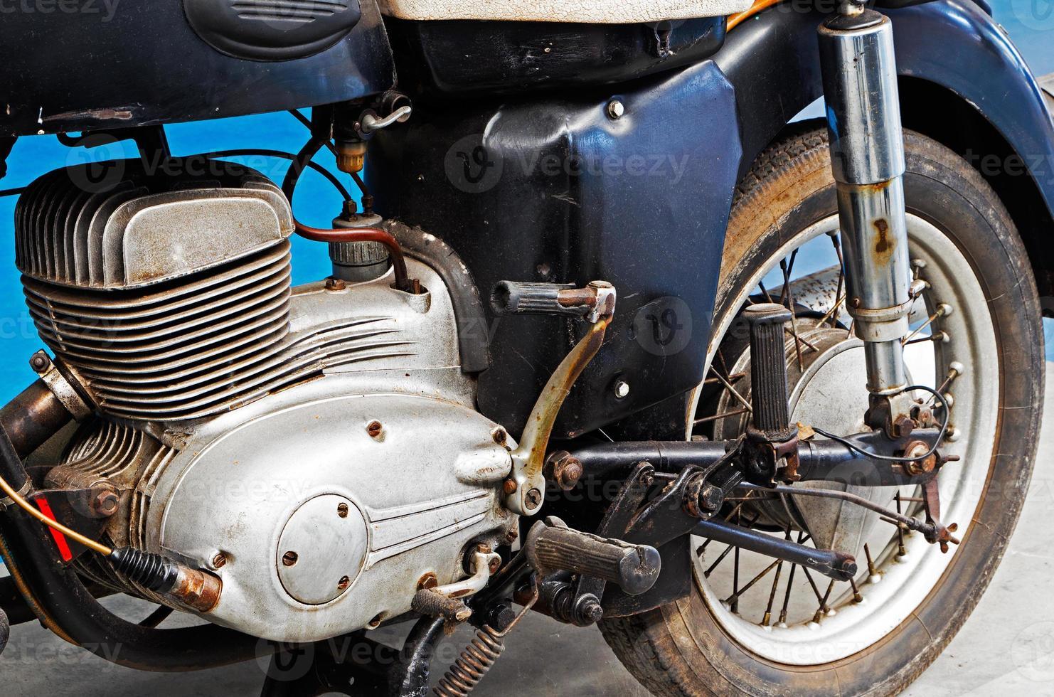 frammento di una vecchia motocicletta arrugginita foto